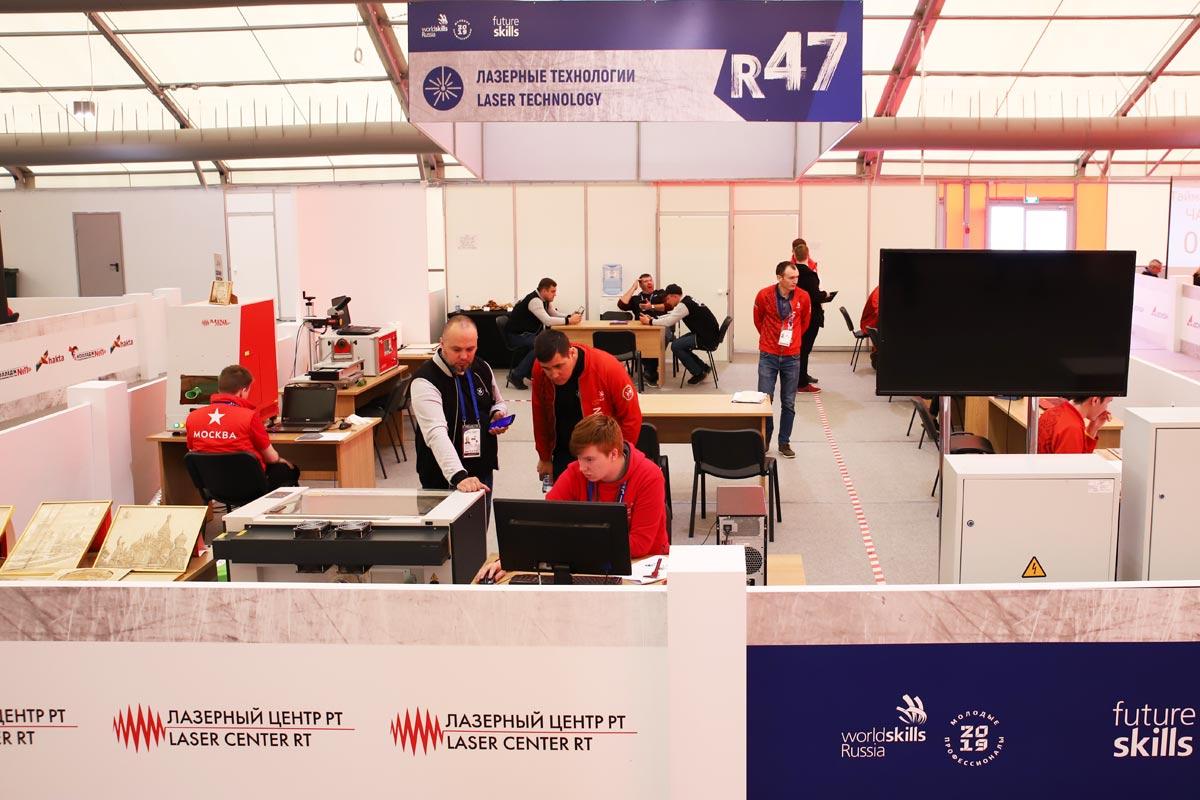В лазерной мастерской WorldSkills каждый гость ярморки мог примерить на себя роль специалиста по лазерным технологиям
